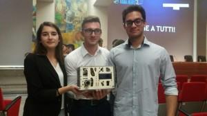 Foto di gruppo con progetto dell'Innovactio Award 2017